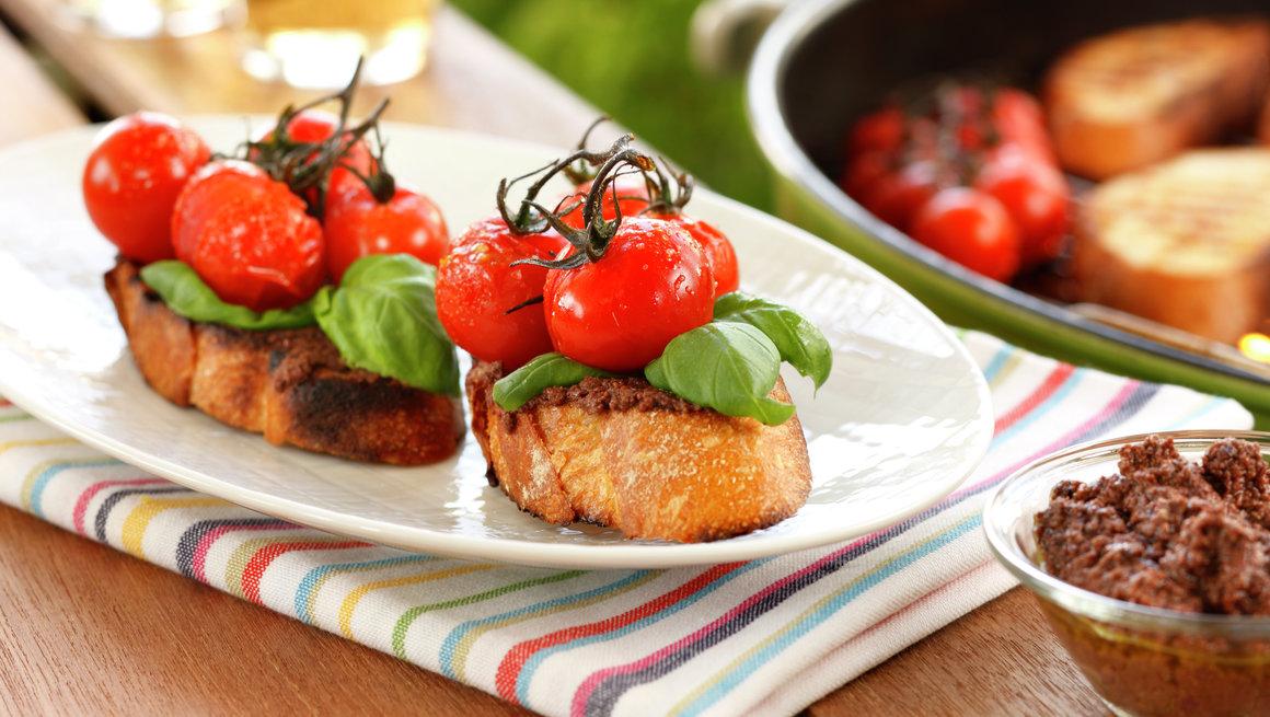 Grillet bruschetta med tomat og tapenade