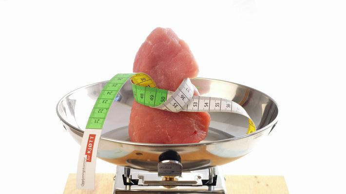 Svin ytrefilet med målebånd på vekt