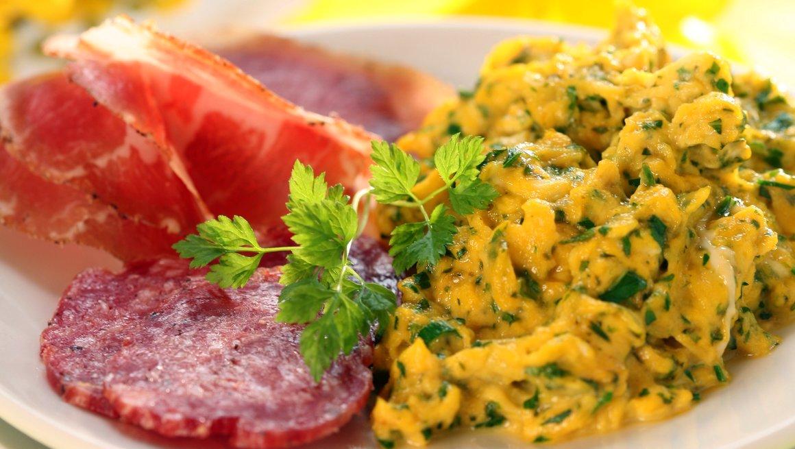 Kremet eggerøre med urter og spekemat