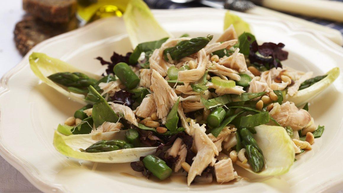 Grønn salat med kylling, asparges og pinjekjerner