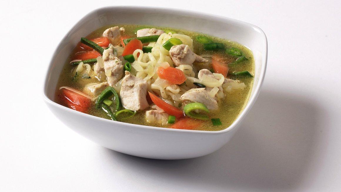 Kylling- og nudelsuppe med grønnsaker