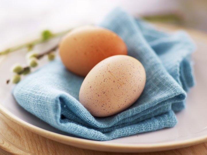 Illustrasjonsfoto med brune egg på serviett