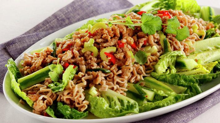 Hot kyllingkjøttdeig i salat med lime og koriander
