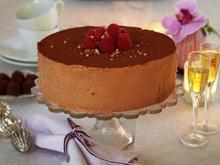 Sjokoladeisparfait med bringebær og hasselnøtter