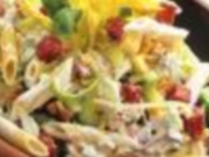 Kremet pastasalat med kylling og fetaost