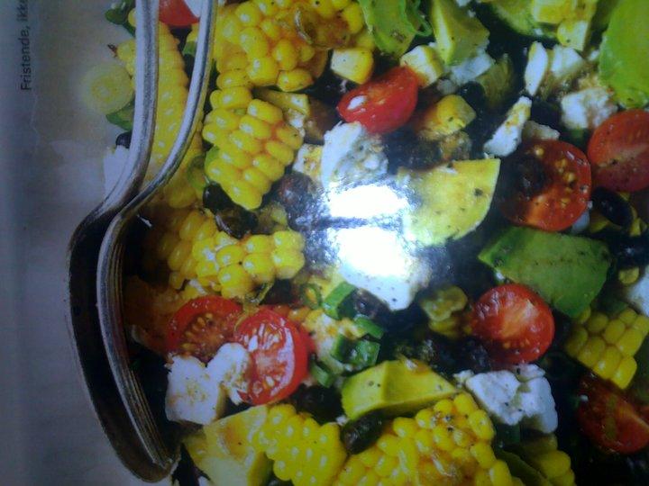 Salat med mais, bønner og avokado
