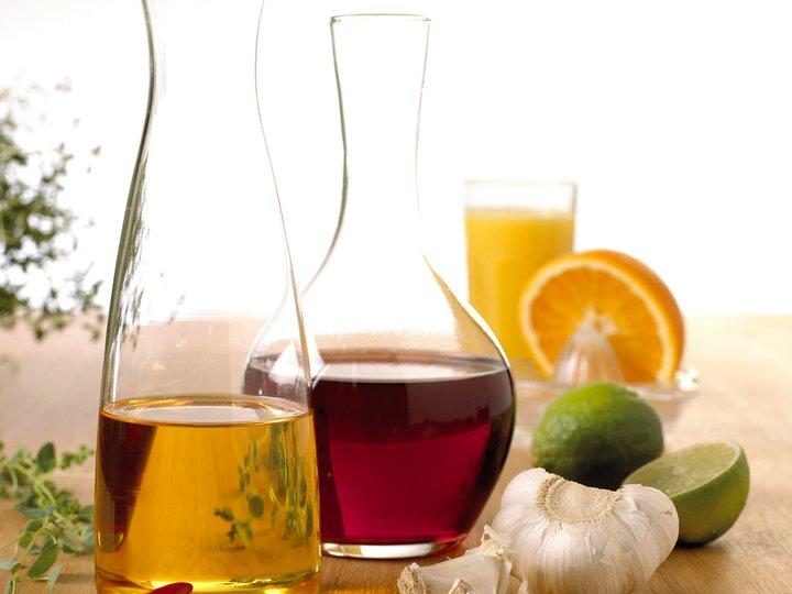 Sitronkake med melis og kakestrøssel.