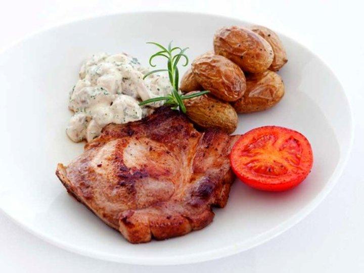 Koteletter med soppstuing, ovnsbakte poteter