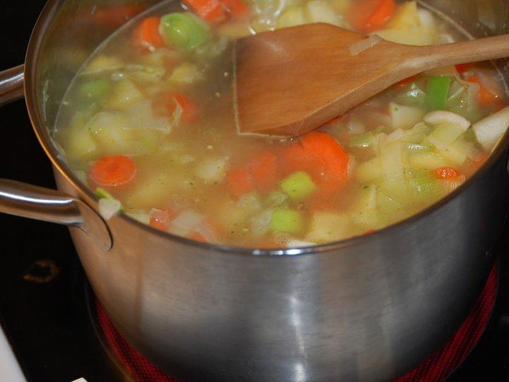 Grønnsaksuppe med kjøttboller / kjøttpølser