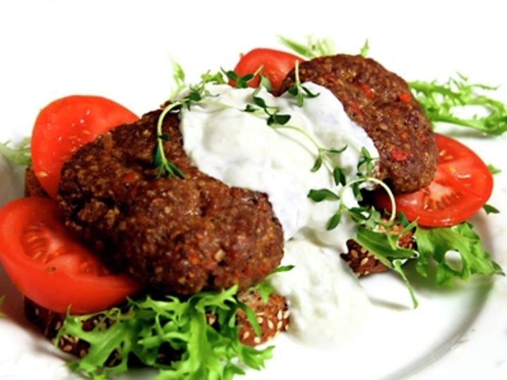 Hjemmelaget bifteki med tzatziki