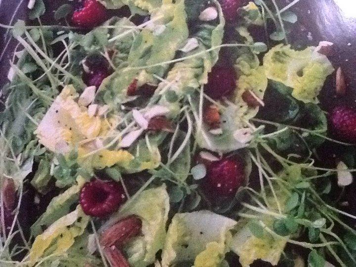 Grønn salat med bringebær og mandler