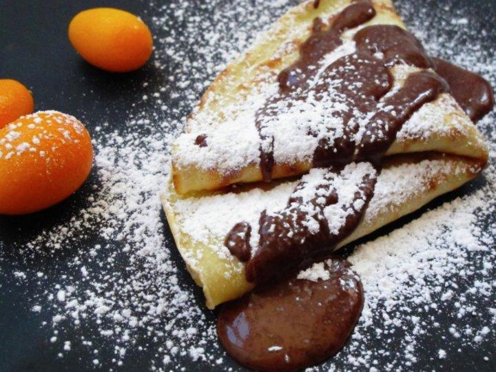 Pannekaker med sjokolade og valnøttfyll