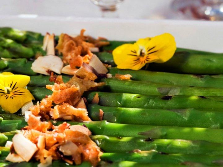 Lakserull med asparges