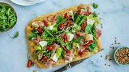 Focaccia pizza med spekeskinke og mozarella