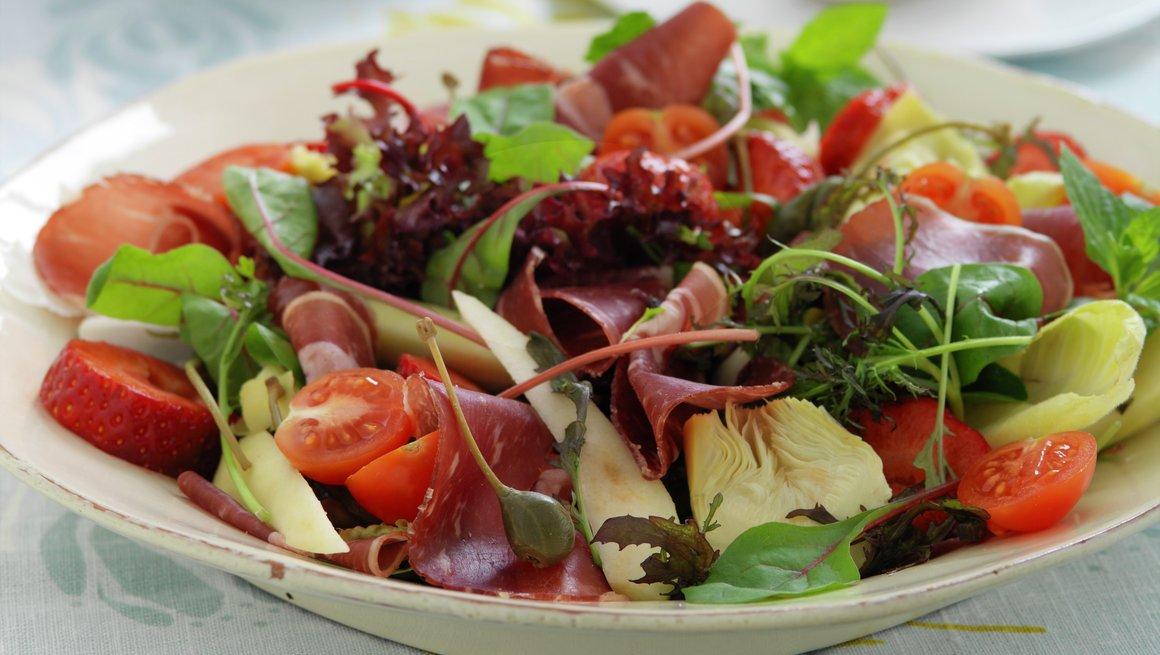 Salat med fenalår og jordbær
