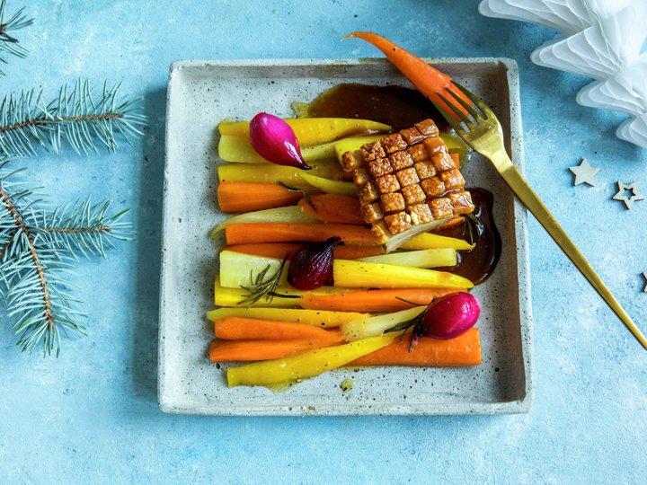 Ribbe med ovnsbakte gulrøtter og rødvinssaus