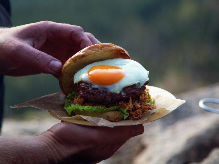 Hamburger med speilegg ute