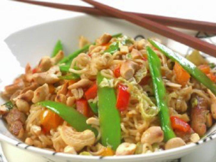 Nudler og svinekjøtt i wok