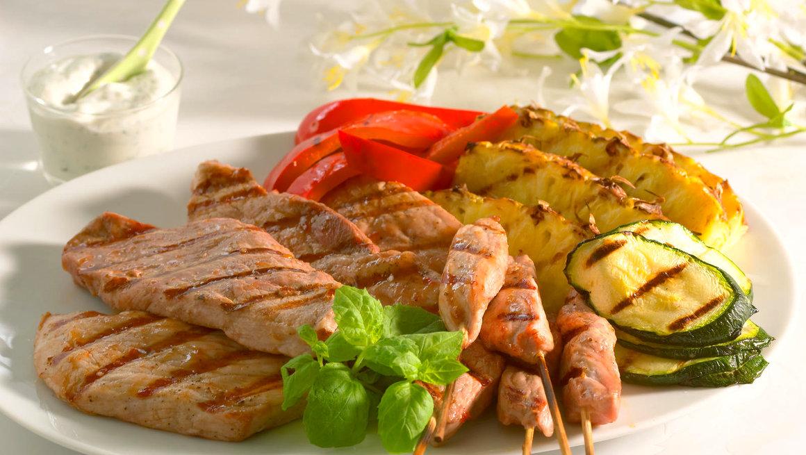 Skinkebiff med grillet frukt og grønnsaker