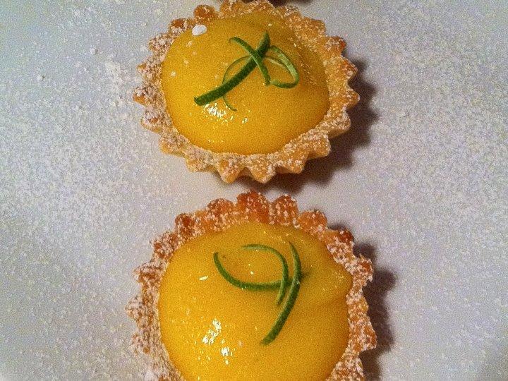 Tarteletter med pasjonsfrukt- og limekrem
