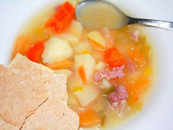 Grønnsak og kjøttsuppe
