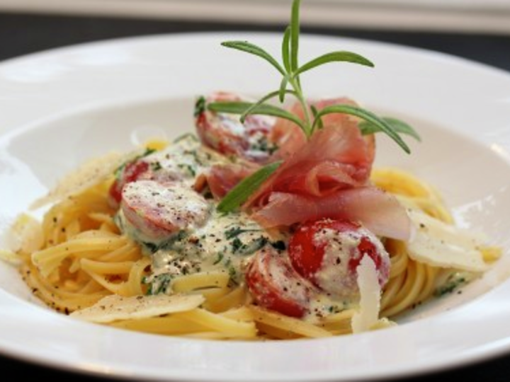 Pasta med spinat, ricotta, skinke og tomat