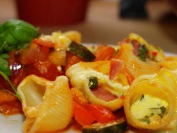 Ostegratinerte pastaskjell med cherrytomater, squash, paprika