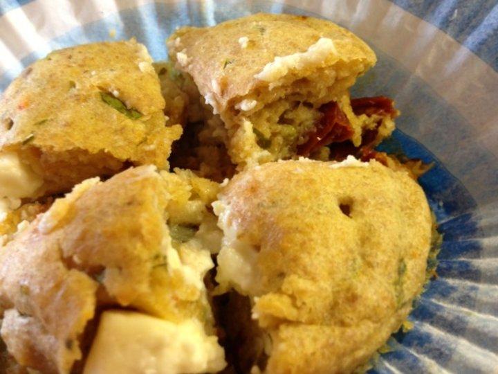 Matmuffins med fetaost, soltørkede tomater og basilikum