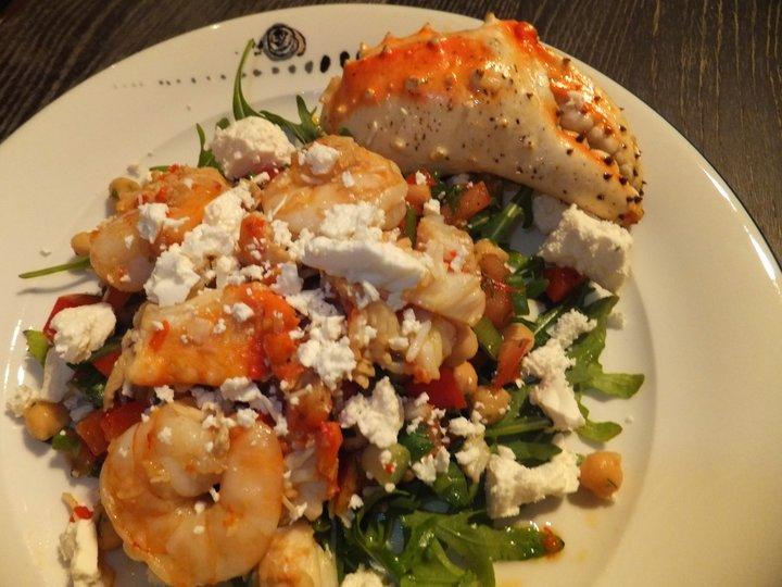 Varm salat med scampi, kongekrabbe og feta