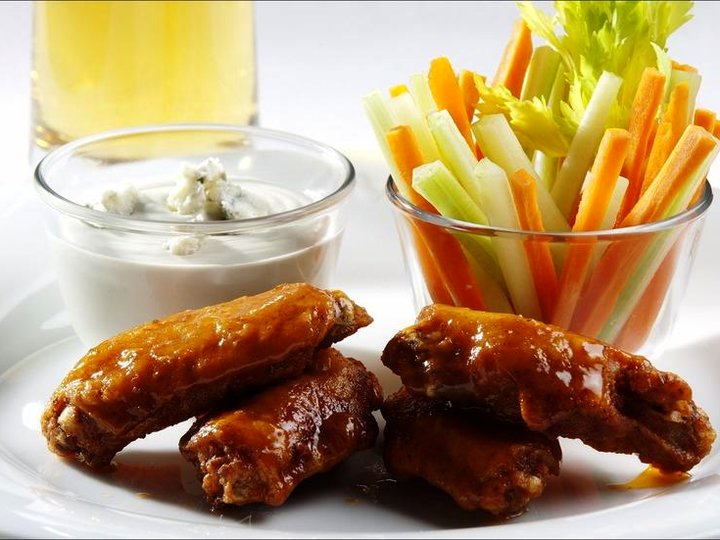 «Buffalo wings» med blåmuggostdipp