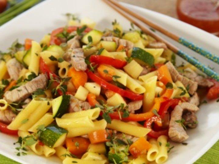 Wok med pasta, svinekjøtt og grønnsaker