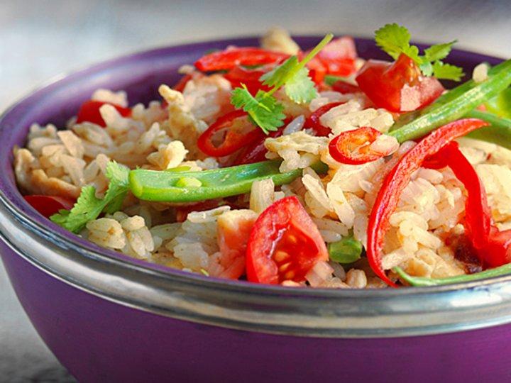 Stekt ris med grønn karri, hvitløk og paprika