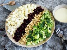 Brokkoli- og blommkålsalat med kremet honningdressing