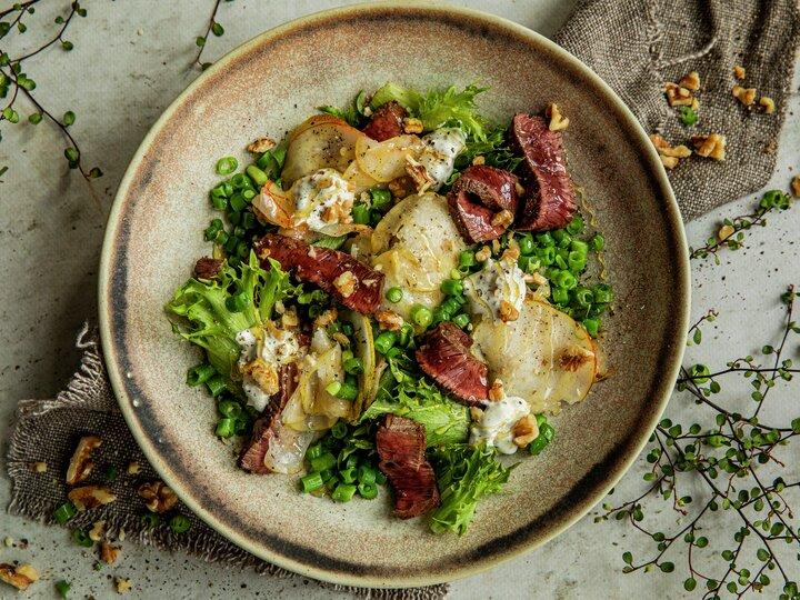 Salat med reinsdyrbiff, blåmuggost og pære