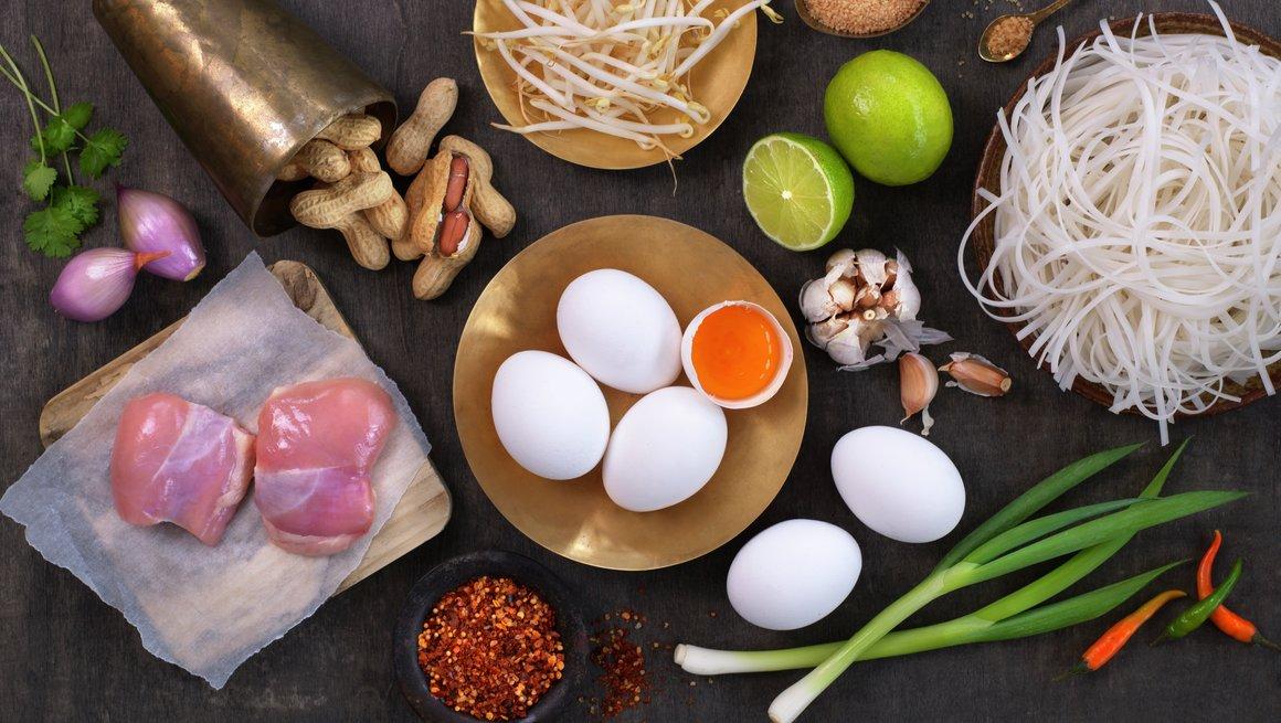 Miljøbilde råvare egg og kylling lårfilet - Phat thai