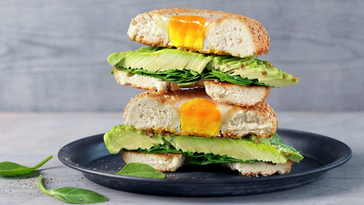 Bagel med avokado og egg