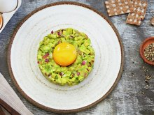 Avokadotartar med eggeplomme