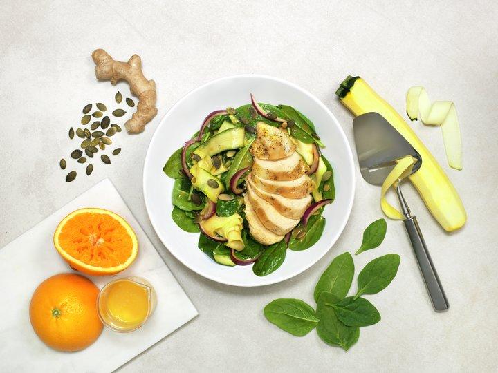 Appelsinkokt kyllingfilet med lun squashsalat og ingefærdressing