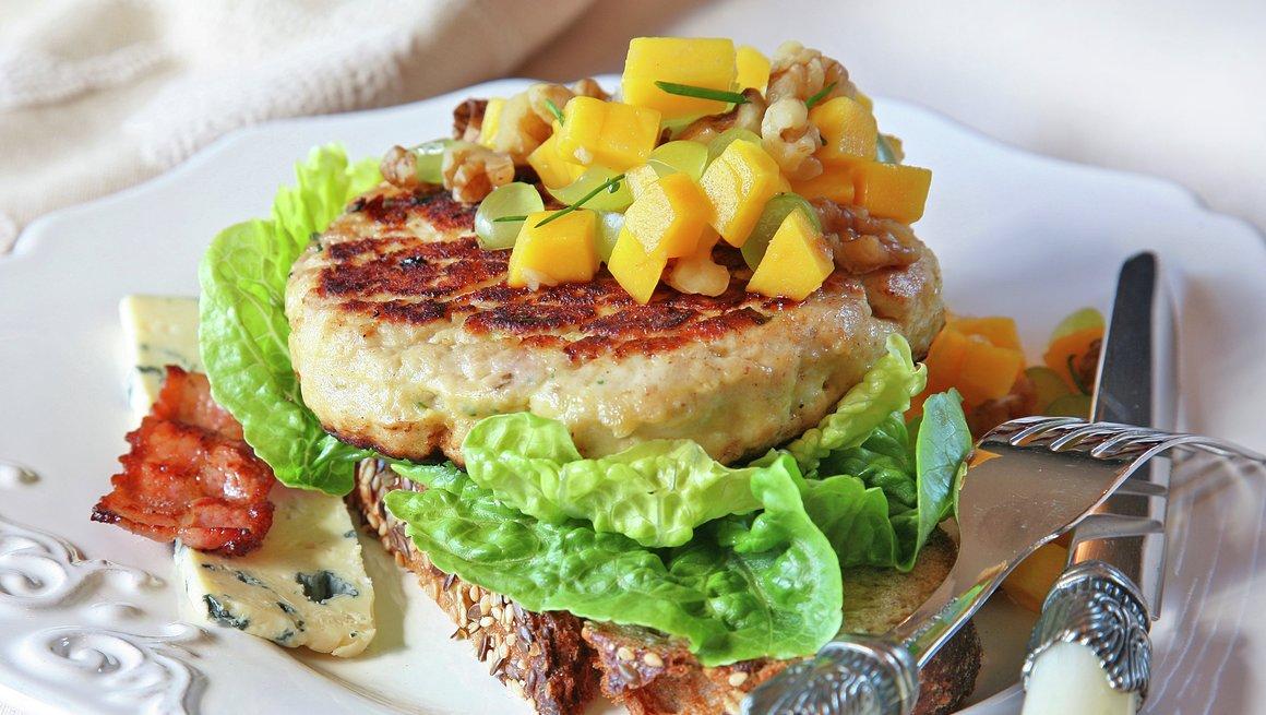 Kalkunburger med blåmuggost og mangosalsa