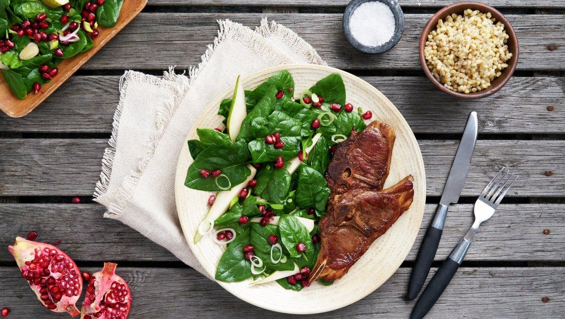 Lammekoteletter med pære- og spinatsalat