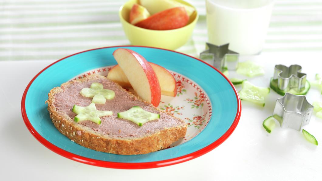 Skive med leverpostei, agurk og eplebåter