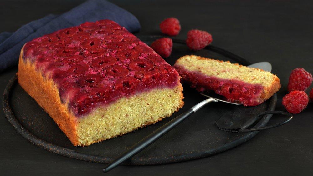 Opp-ned kake med bringebær