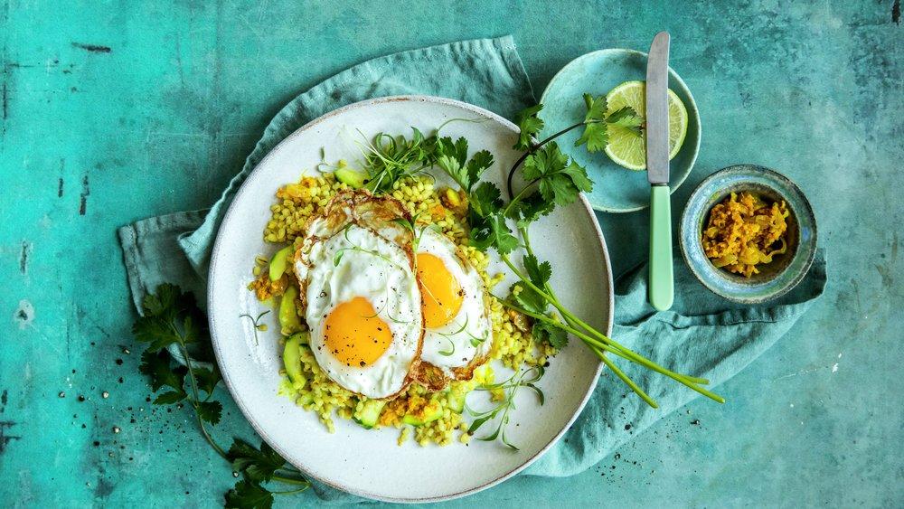 Krydret perlegryn med stekt egg