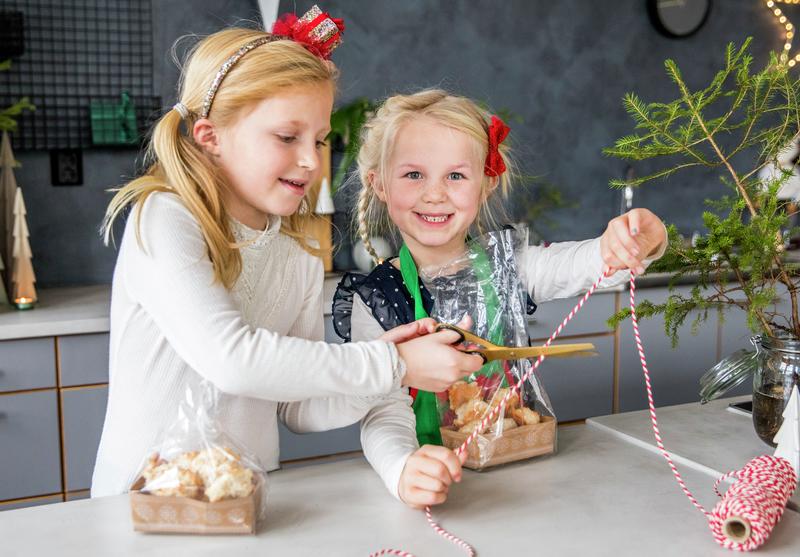 Barn lager spiselige julegaver - kokosmakroner