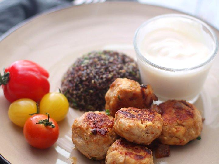 Greske kyllingboller med quinoa og hvitløksdressing