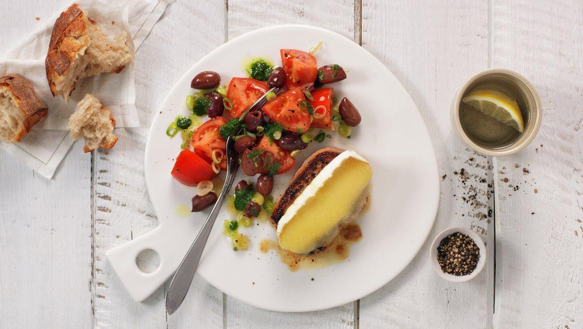 Svinebiff med pesto og tomatsalat