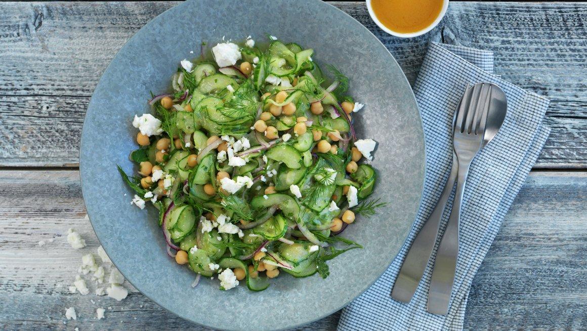 Agurk- og kikertsalat