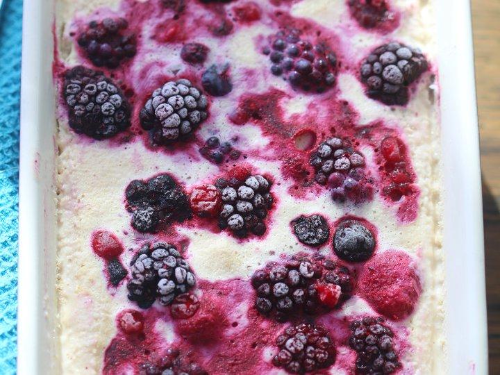 Karamell-iskrem med bær