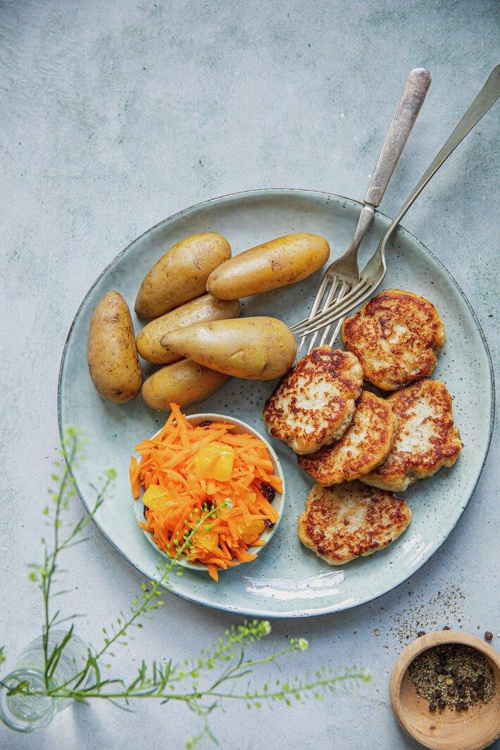 Fiskekaker med råkost og poteter