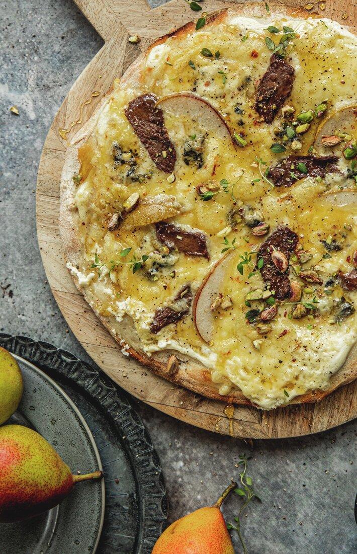 Pizza med reinsdyrbiff, blåmuggost og pære